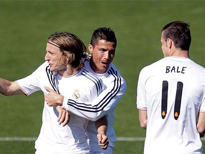 Cristiano bromea con Modri y Bale.