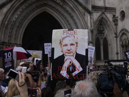 Un partidario del fundador de Wikileaks, Julian Assange, sostiene un cartel después de la primera audiencia en la apelación de extradición de Julian Assange, en el Tribunal Superior de Londres, el miércoles 11 de agosto de 2021.
