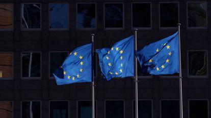 Banderas de la UE ante la sede de la Comisión Europea en Bruselas.