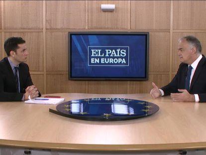 David Alandete, director adjunto de EL PAÍS, y el eurodiputado del PP, Esteban González Pons, durante la entrevista en el Parlamento Europeo.
