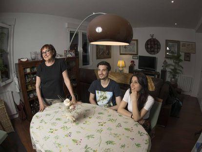 De izquierda a derecha, Visitación Gracia, Reynaldo Homen y Liseth Quintero, compañeros de piso en el barrio de Prosperidad, Madrid.