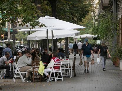 Terrazas en una acera de Barcelona, el pasado fin de semana.