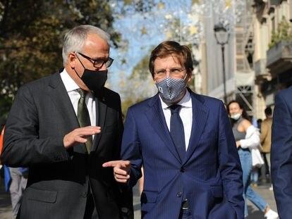 El alcalde de Madrid, José Luis Martínez-Almeida, pasea en Barcelona con el líder del grupo municipal del PP en el Ayuntamiento.