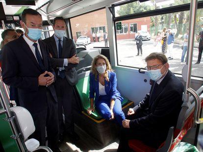 La ministra de Transportes, Movilidad y Agenda Urbana, Raquel Sánchez, junto al presidente de la Generalitat Valenciana, Ximo Puig, en un autobús híbrido que circula por la ciudad de Elche.