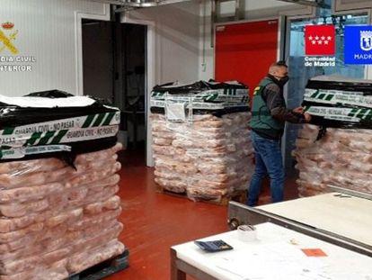 La Guardia Civil ha incautado este domingo más de 122.000 kilos de productos cárnicos y ha detenido a 14 personas por la manipulación, etiquetado y distribución de productos caducados.