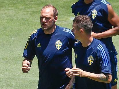 El defensa sueco Andreas Granqvist (a la izquierda), en el entrenamiento del domingo en el estadio de La Cartuja de Sevilla.