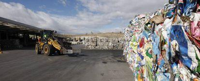Envases almacenados en el Parque Tecnológico de Valdemíngomez en el que se tratan los residuos y basuras que genera Madrid.