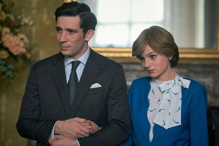 Josh O'Connor, en el papel de príncipe Carlos, y Emma Corrin, como la princesa Diana, en 'The Crown'.