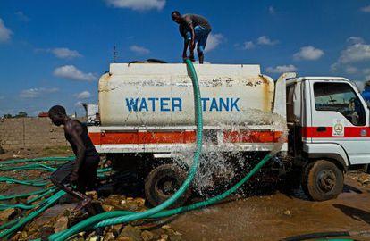 Un camión cisterna extrae agua del río Nilo en Juba (Sudán del Sur).