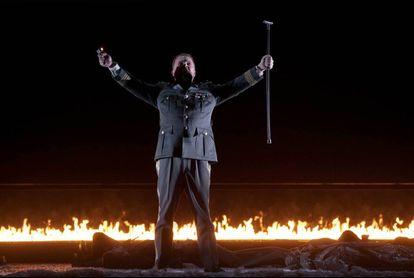Tomasz Konieczny (Wotan) tras despedirse de Brünnhilde y proteger su sueño con un muro de fuego en la escena final de la obra.