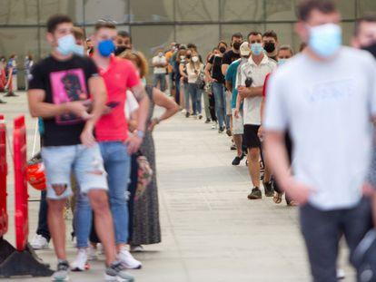 Decenas de ciudadanos hacen cola para vacunarse contra la covid en Galicia el martes pasado en el centro de vacunación del Instituto Ferial de Vigo.
