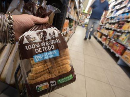 Un pan de molde integral con calificación A en Nutri-Score, en un supermercado de Madrid.