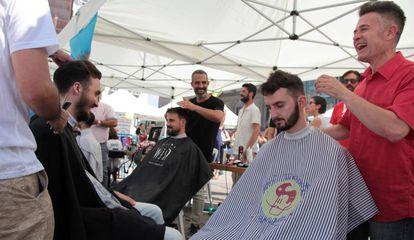 Varios peluqueros en acción bajo las carpas habilitadas en la plaza de Sánchez Bustillo.