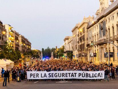 Unos 2.000 policías se manifiestan por el centro de Barcelona
