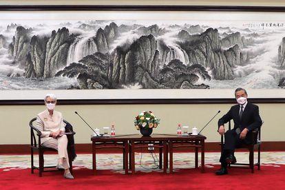La subsecretaria de Estado de EE UU, Wendy Sherman, y el ministro de Exteriores chino, Wang Yi, durante su reunión en la ciudad china de Tianjin.