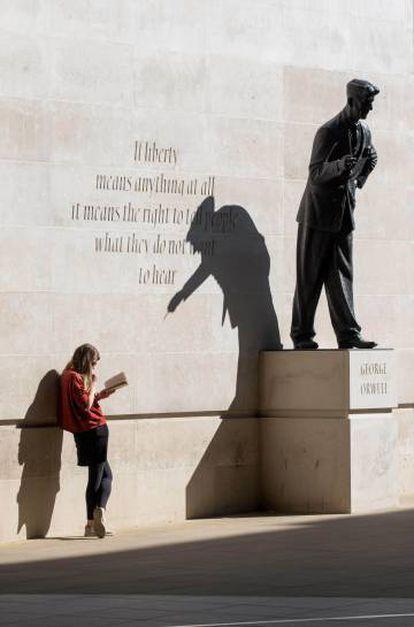 Estatua en homenaje a George Orwell, en Londres.