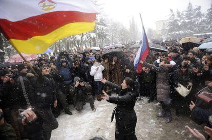 Partidarios de la candidata Alla Dzhioyeva se manifiestan en contra de la decisión del Tribunal Supremo.