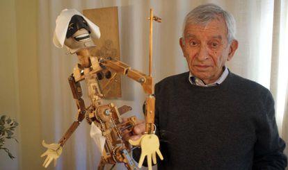 Peralta con su prototipo de títere integral en su casa y taller de Sepúlveda (Segovia), el pasado mes de mayo.
