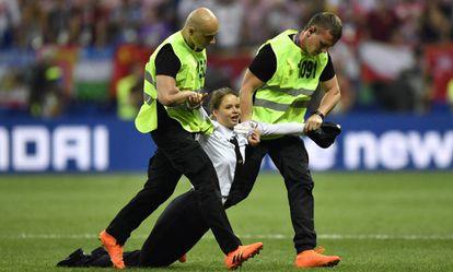 Una mujer que ha irrumpido en la final del Mundial es arrastrada fuera del campo.