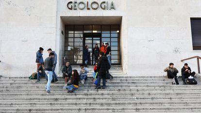 Estudiantes ante la puerta de la facultad de Geología de la Universidad de La Sapienza, en Roma.