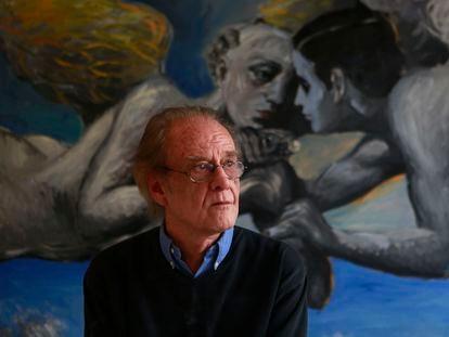 Luis Eduardo Aute, cantante y pintor, posa en su casa de Madrid, en 2016.