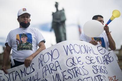 Familiares de los detenidos en Haití protestan en la Plaza Bolívar, en la capital de Colombia.