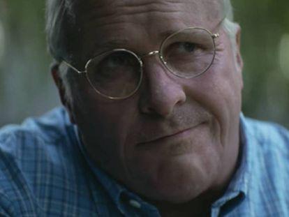 """""""No sé por qué he vuelto a hacer esto otra vez. Dije que no podría hacerlo de nuevo, pero el bastardo de Adam McKay escribió un guion tan bueno que no pude negarme"""", confiesa Bale. En la imagen, el actor caracterizado como Dick Cheney en una escena de 'Vice'. En vídeo, tráiler de la película."""