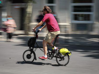 Un hombre circula con una bicicleta urbana por el centro de Madrid, este miércoles.