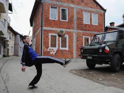 Un joven kosovar juega con la pelota en Mitrovica (Kosovo), en 2014.