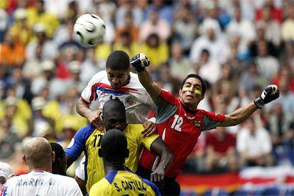 Mora, portero de Ecuador, despeja de puños.