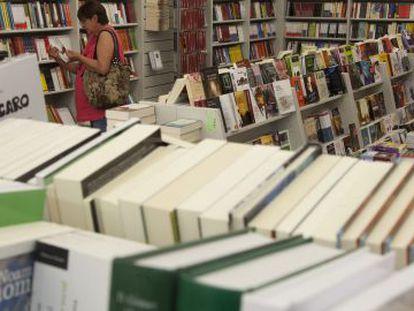 Clientes de la librería Picasso de Granada buscan libros por las estanterías