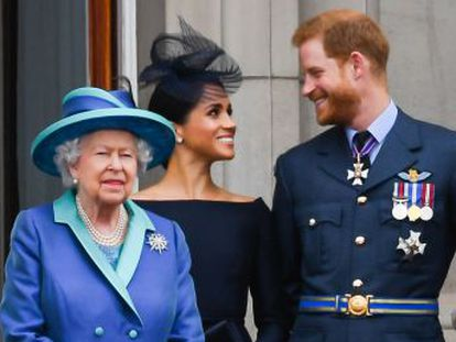 Mi familia y yo apoyamos completamente su deseo de forjar una nueva vida como una joven familia , señala la reina en un comunicado