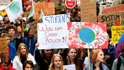 Marcha de ecologistas contra la fusión de la alemana Bayer y la estadounidense Monsanto, el 26 de abril en Bonn, en Alemania.
