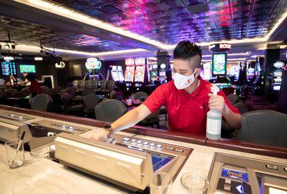 Andres Delgado limpia una máquina en un establecimiento de Las Vegas.