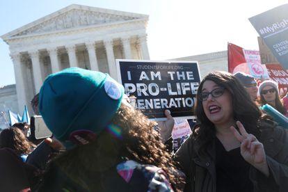 Partidarios y detractores del aborto, frente al Tribunal Supremo de Estados Unidos, en una foto de archivo.