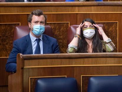 El portavoz parlamentario de Vox, Iván Espinosa de los Monteros; y la portavoz adjunta de Vox en el Congreso, Macarena Olona, en el Congreso de los Diputados este martes.