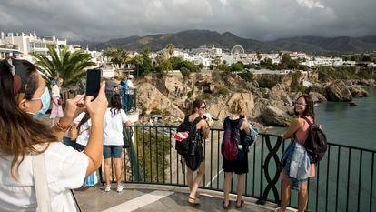 Varias personas se fotografían desde El Balcón de Europa en la localidad de Nerja (Málaga), cuando se cumplen 40 años del rodaje de la mítica serie de televisión 'Verano azul'.