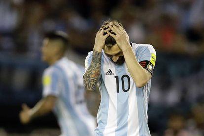 Lionel Messi se agarra la cabeza durante el partido con Chile.