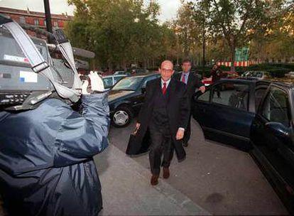 El magistrado Roberto García-Calvo, en la entrada del Tribunal Supremo en una foto de 1999.