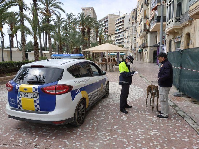 Un agente junto al dueño de una mascota en la Explanada de Alicante.