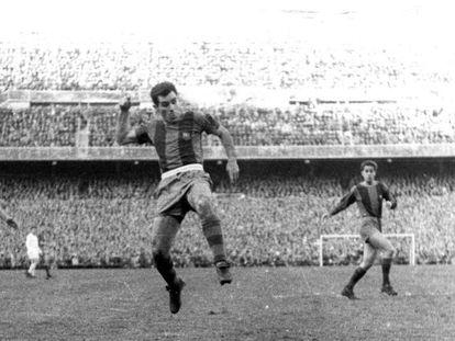 Un remate de Evaristo en el Madrid-Barça de 1957 en plena gripe asiática.