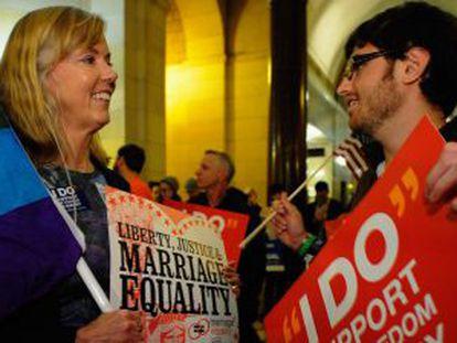Activistas gays celebran la decisión de la Corte de Apelaciones que dictaminó que la prohibición en California del matrimonio entre homosexuales es una violación de los derechos civiles.