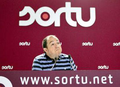 """El portavoz de Sortu aseguró ayer que ETA tenía """"total disponibilidad"""" para """"dejar fuera de uso todo su arsenal""""."""