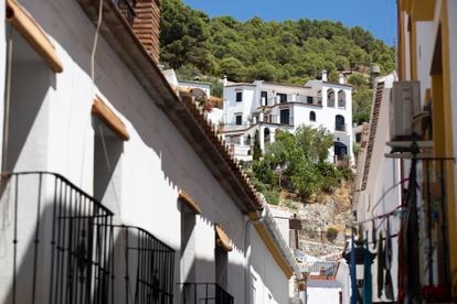 Vista de una calle de Canillas de Aceituno (Málaga).