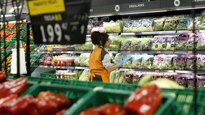 Una trabajadora en un supermercado Mercadona.