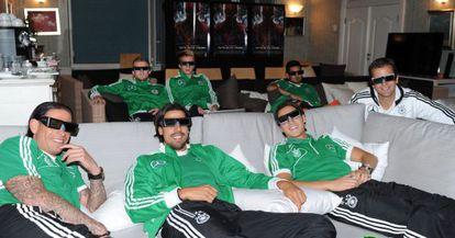 Khedira, Özil y otros jugadores ven una película en 3D.