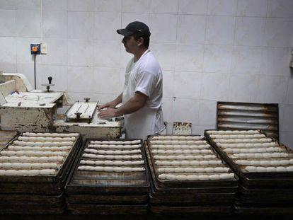 Un operario elabora pasta fresca en un establecimiento productivo de Buenos Aires.