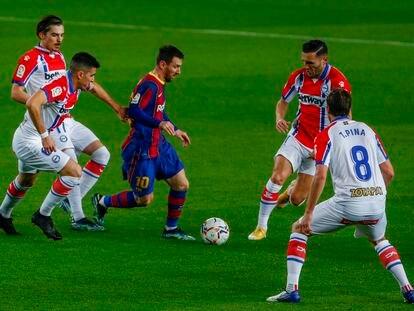 Messi controla ante varios defensores del Alavés.