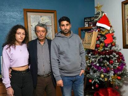 El marido de Vicenta, Isidro (centro) en el salón de su casa junto a sus hijos Paula y Raúl, esta semana.