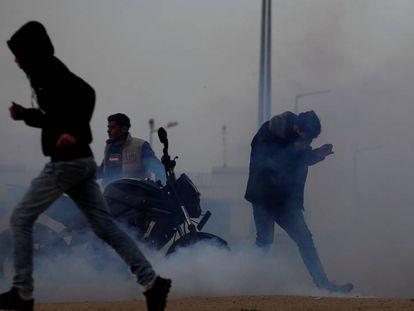 Manifestantes palestinos entre gas lacrimógeno lanzado por Israel, el viernes en la frontera de Gaza.